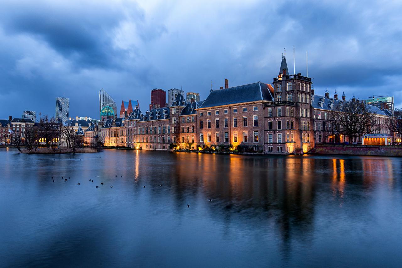 Обои для рабочего стола Нидерланды Hofvijver, Hague Пруд Отражение Вечер Дома город голландия отражении отражается Здания Города