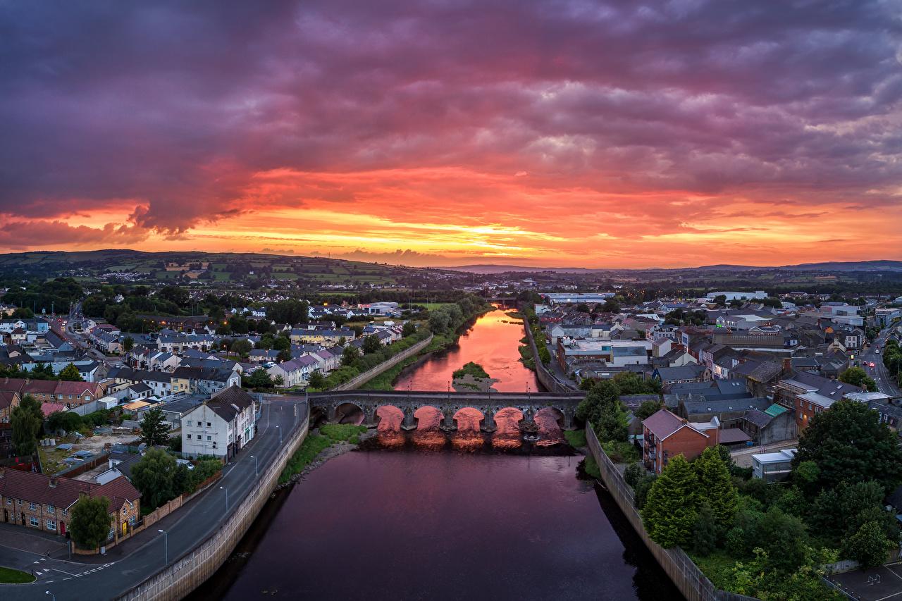 Фото Великобритания Strabane, Northern Ireland Мосты рассвет и закат речка Сверху Дома Города мост Рассветы и закаты река Реки город Здания