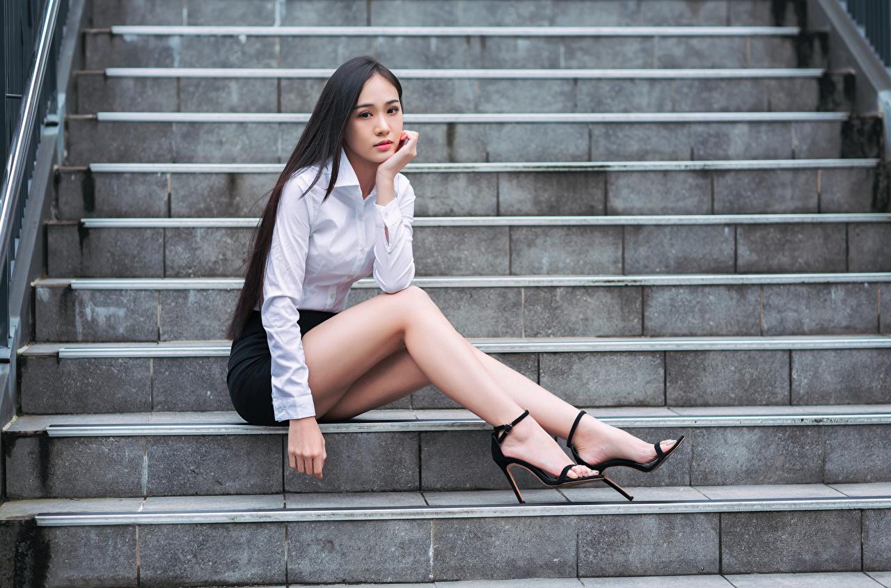 Фотография Юбка Блузка Лестница молодая женщина Ноги Азиаты Сидит смотрят юбки юбке Девушки девушка лестницы молодые женщины ног азиатки азиатка сидя сидящие Взгляд смотрит
