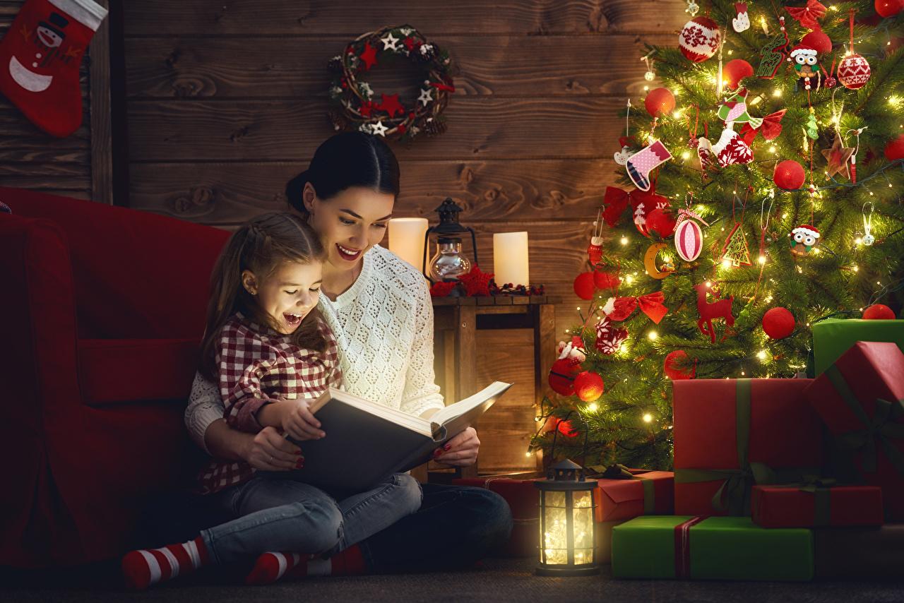 Обои для рабочего стола девочка Новый год фонари Мама ребёнок девушка Новогодняя ёлка Подарки книги Праздники Девочки Рождество Фонарь Мать Дети Елка Девушки молодая женщина молодые женщины подарок подарков Книга
