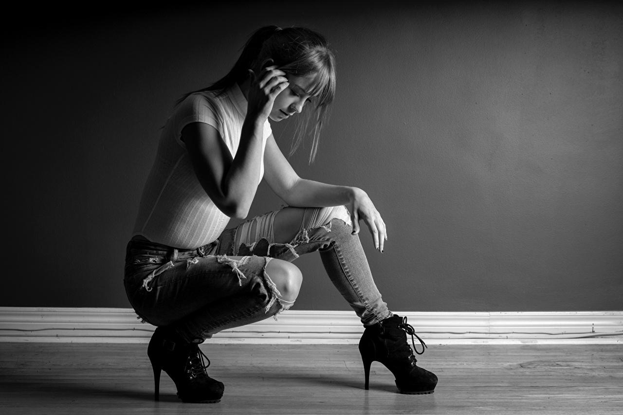 Обои для рабочего стола девушка футболке Ноги Джинсы сидя черно белые туфель Девушки Футболка молодая женщина молодые женщины ног джинсов Сидит сидящие Черно белое Туфли туфлях