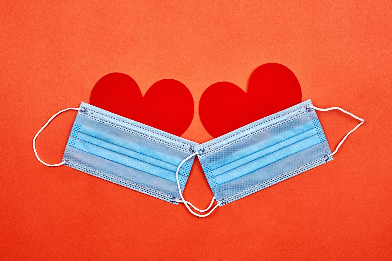Фотографии День всех влюблённых Коронавирус серце две Маски красном фоне День святого Валентина Сердце сердца сердечко 2 два Двое вдвоем Красный фон