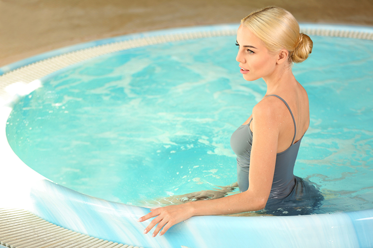Картинка Блондинка Бассейны Девушки блондинки блондинок Плавательный бассейн девушка молодая женщина молодые женщины