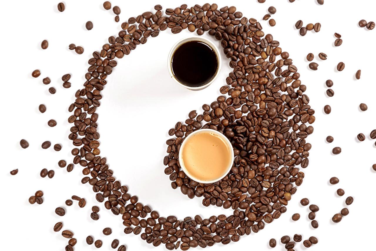 Фотография Кофе Двое Инь-Янь Капучино зерно Пища Чашка белым фоном 2 два две вдвоем Зерна Еда чашке Продукты питания Белый фон белом фоне