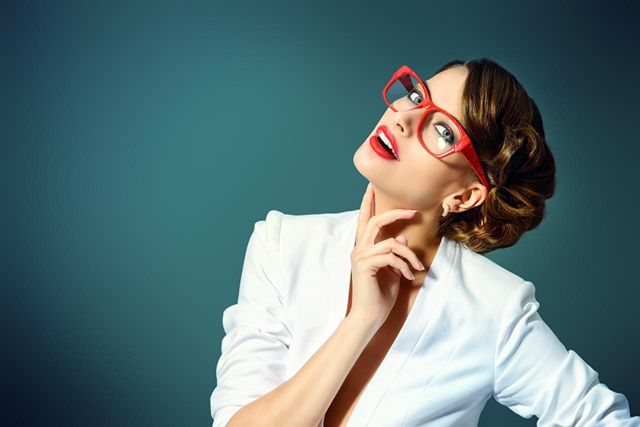 Картинки Шатенка молодые женщины Руки очках Взгляд красными губами Цветной фон шатенки девушка Девушки молодая женщина рука Очки очков смотрит смотрят Красные губы