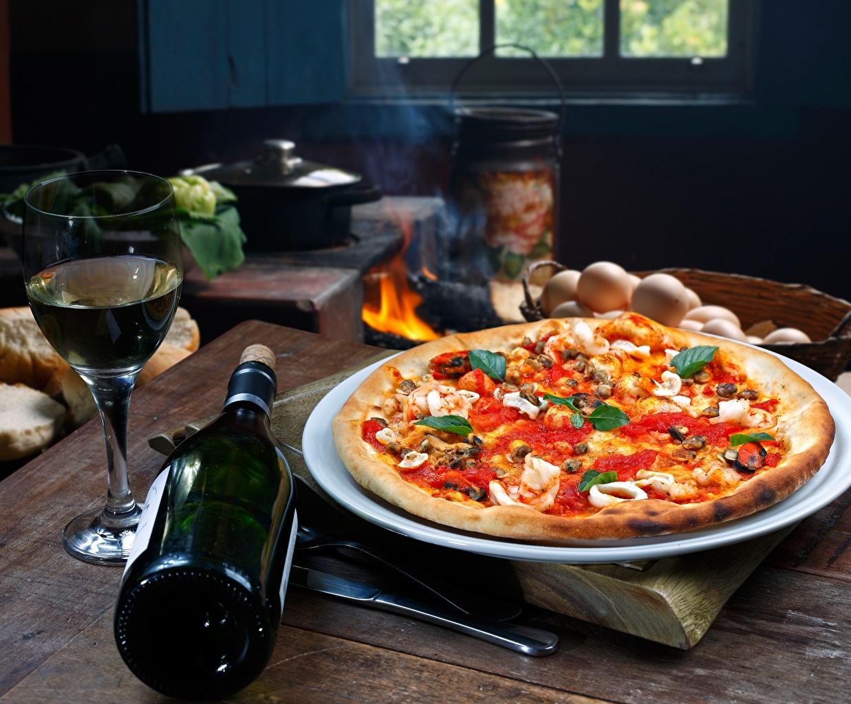 Фотографии Пицца Стол бутылки Продукты питания Еда Пища столы стола Бутылка