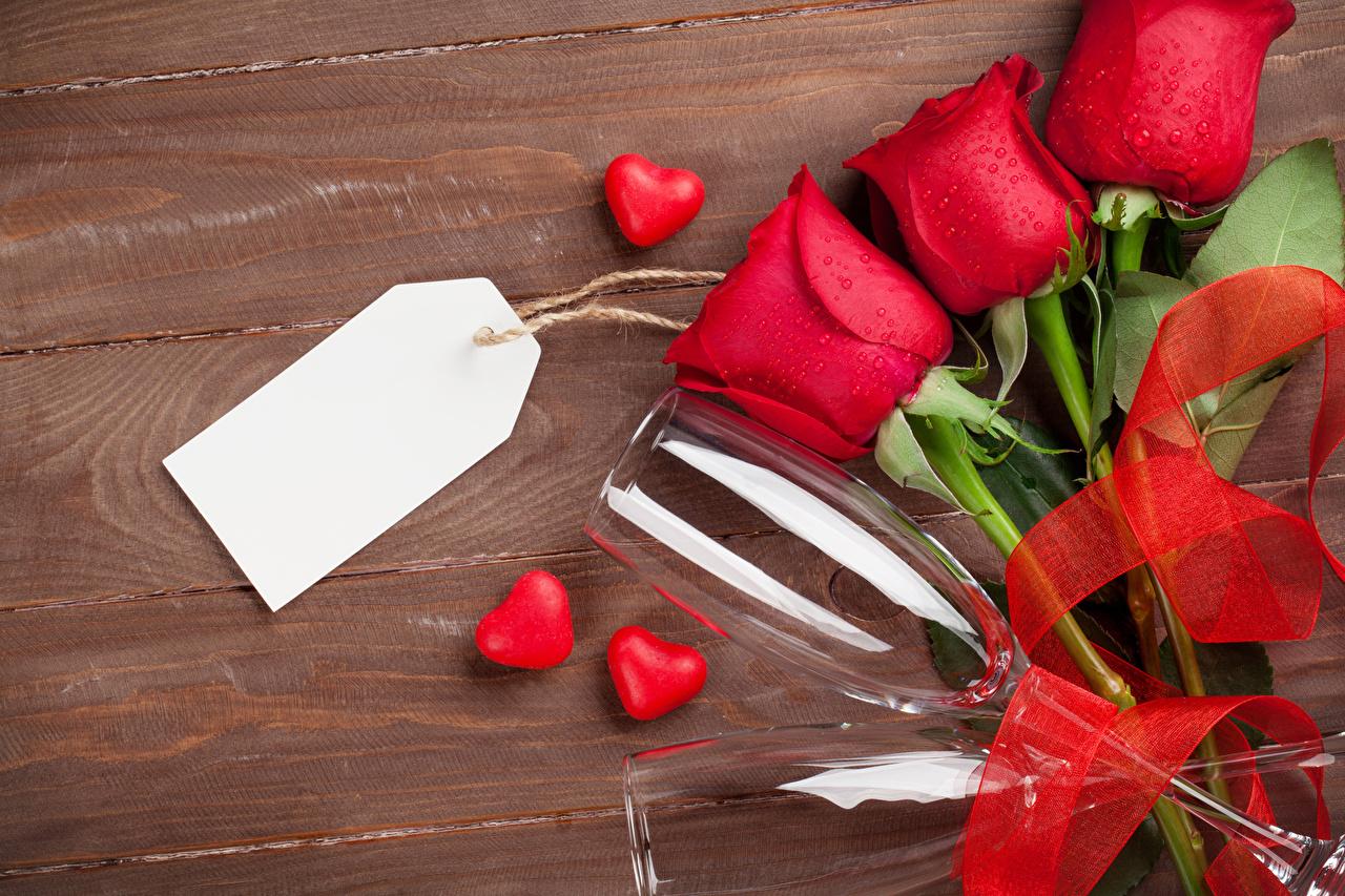 Фотография День всех влюблённых Сердце роза красные цветок три Лента Бокалы Шаблон поздравительной открытки Доски День святого Валентина серце сердца сердечко Розы красных красная Красный Цветы бокал Трое 3 втроем ленточка