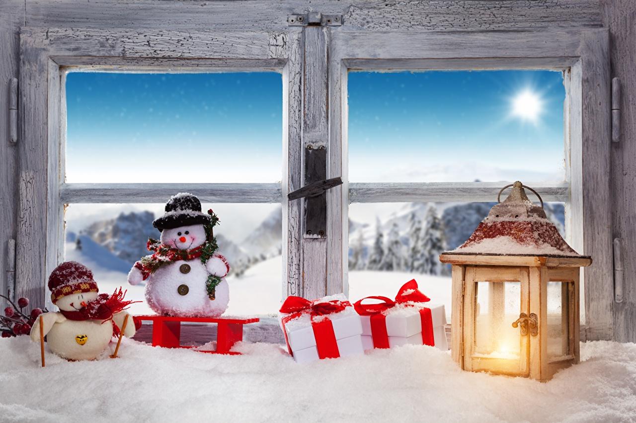 Фотографии Новый год Фонарь Снеговики Окно Рождество