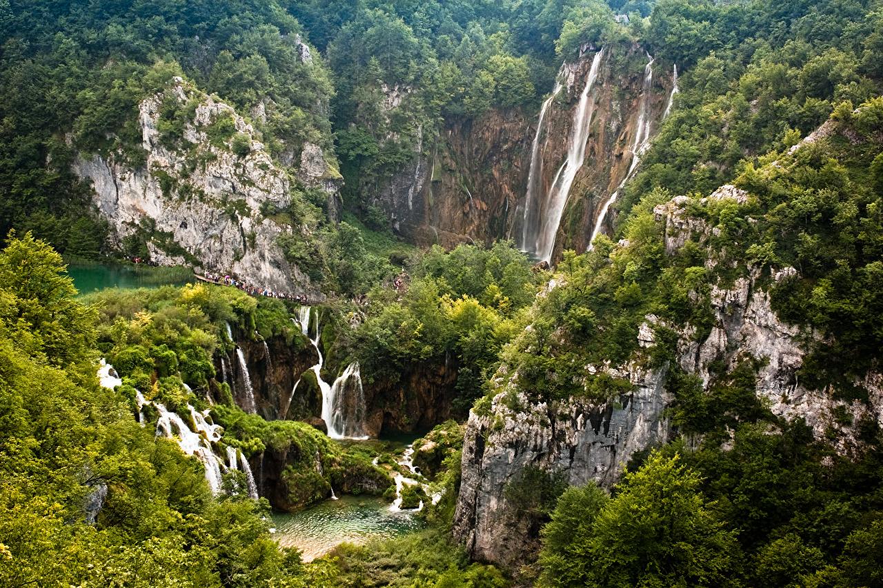 Обои для рабочего стола Хорватия Plitvice Lakes скале Природа Водопады парк Леса Утес Скала скалы лес Парки