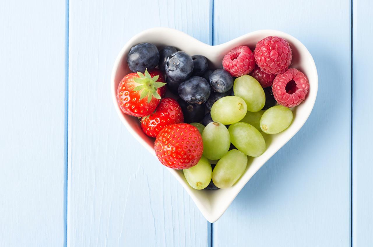 Фотографии сердца Малина Черника Виноград Клубника Пища Ягоды серце Сердце сердечко Еда Продукты питания