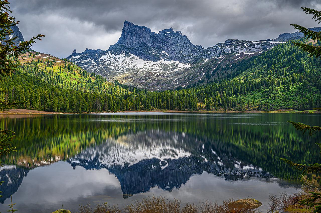 Фотография Россия Lake Svetloye Ergaki National Park in Khakassia Republic Горы Природа Леса Озеро гора лес