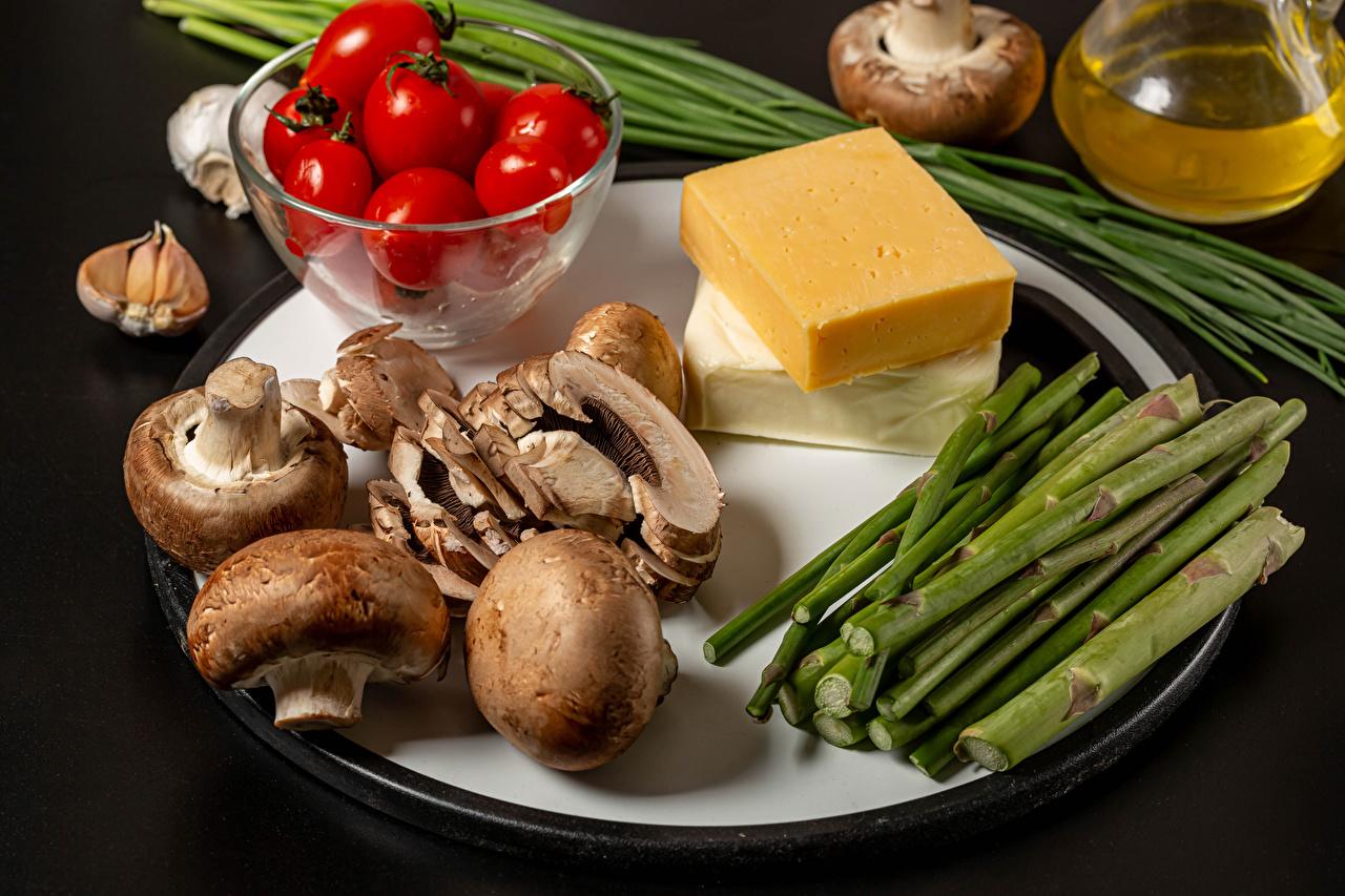 Фото Помидоры Сыры Грибы Чеснок Еда Овощи Серый фон Томаты Пища Продукты питания сером фоне