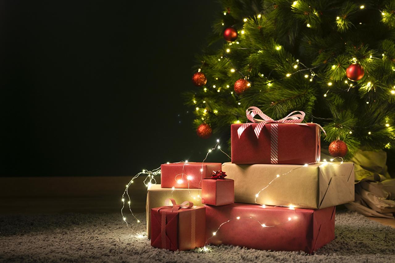 Фото Новый год Новогодняя ёлка коробке подарок Шар Электрическая гирлянда Шаблон поздравительной открытки Рождество Елка коробки Коробка Подарки подарков Шарики Гирлянда