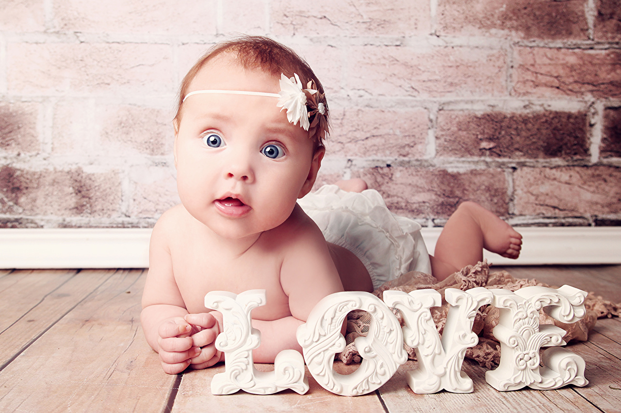 Обои для рабочего стола Младенцы Дети Любовь Кирпичный стенка младенца младенец грудной ребёнок ребёнок из кирпича стене стены Стена