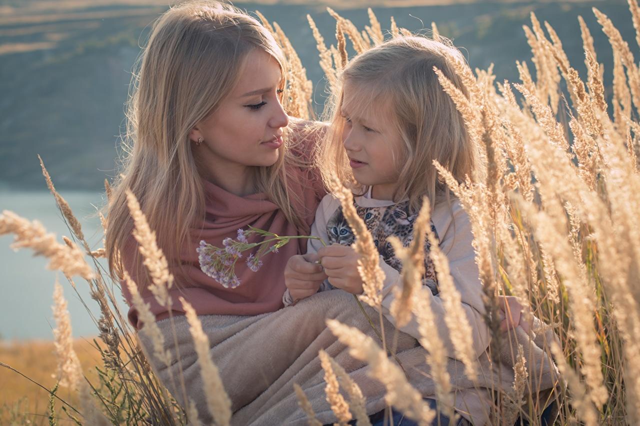 Картинки Девочки Русые Мама ребёнок Двое Девушки колосок девочка русая русых Мать Дети 2 два две вдвоем девушка молодые женщины молодая женщина Колос колосья колоски