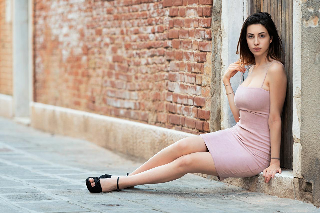 Фотографии Брюнетка молодые женщины Ноги сидящие платья брюнетки брюнеток девушка Девушки молодая женщина ног сидя Сидит Платье