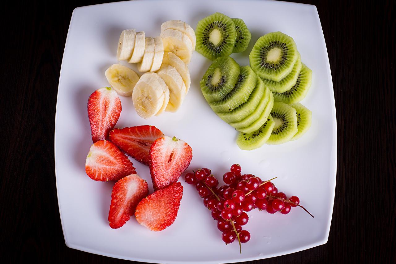 Обои Киви Бананы Клубника Смородина Фрукты нарезка Тарелка Продукты питания Еда Пища тарелке Нарезанные продукты