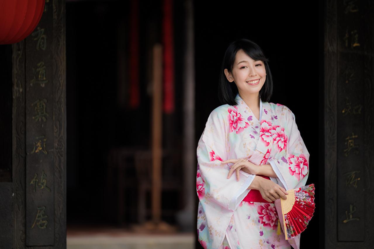 Фото брюнетки Улыбка Веер Кимоно молодая женщина Азиаты Брюнетка брюнеток улыбается девушка Девушки молодые женщины азиатки азиатка