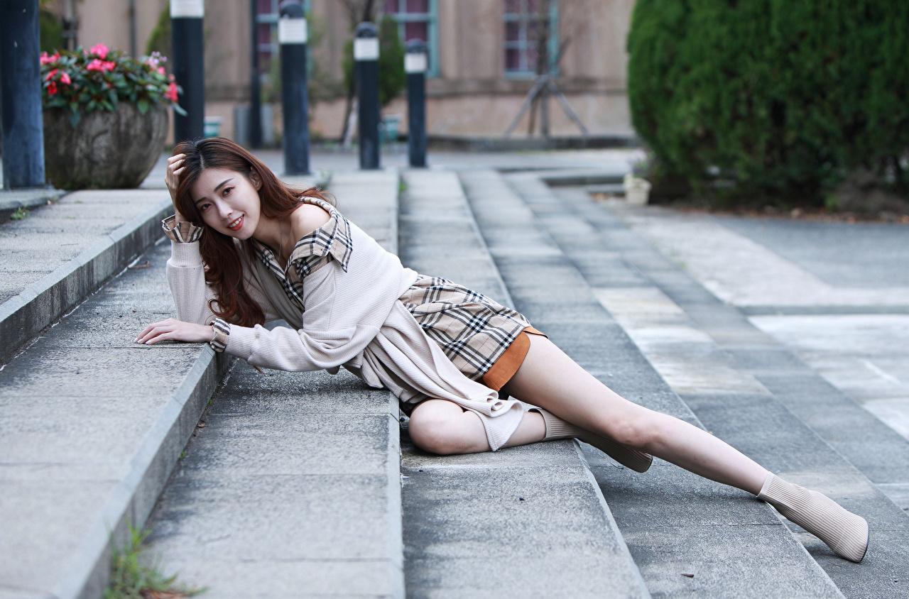Фотография шатенки Лежит Лестница молодые женщины ног азиатки Взгляд Шатенка лежа лежат лежачие девушка Девушки лестницы молодая женщина Ноги Азиаты азиатка смотрит смотрят
