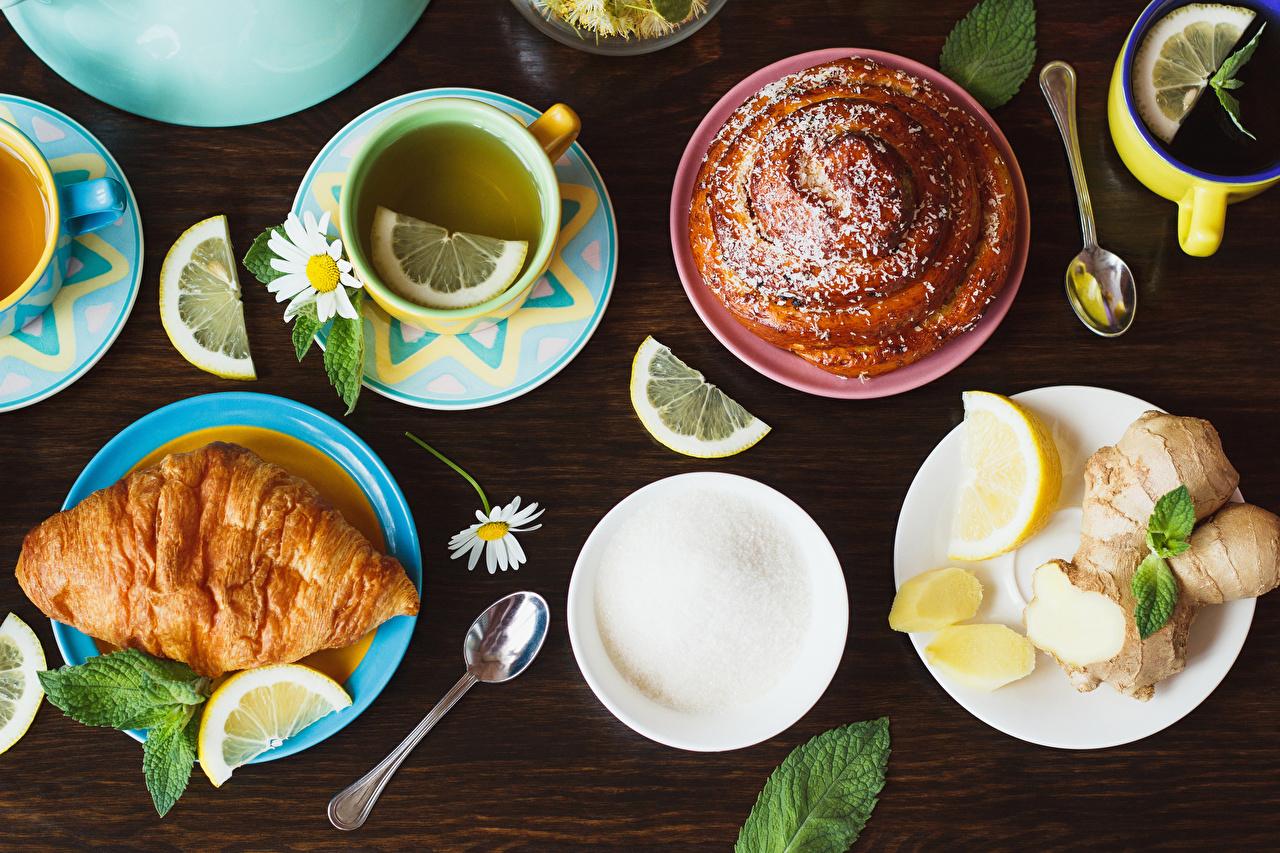 Обои для рабочего стола Чай Сахар Круассан Лимоны ромашка чашке ложки Тарелка Продукты питания Выпечка сахара Ромашки Еда Пища Ложка Чашка тарелке