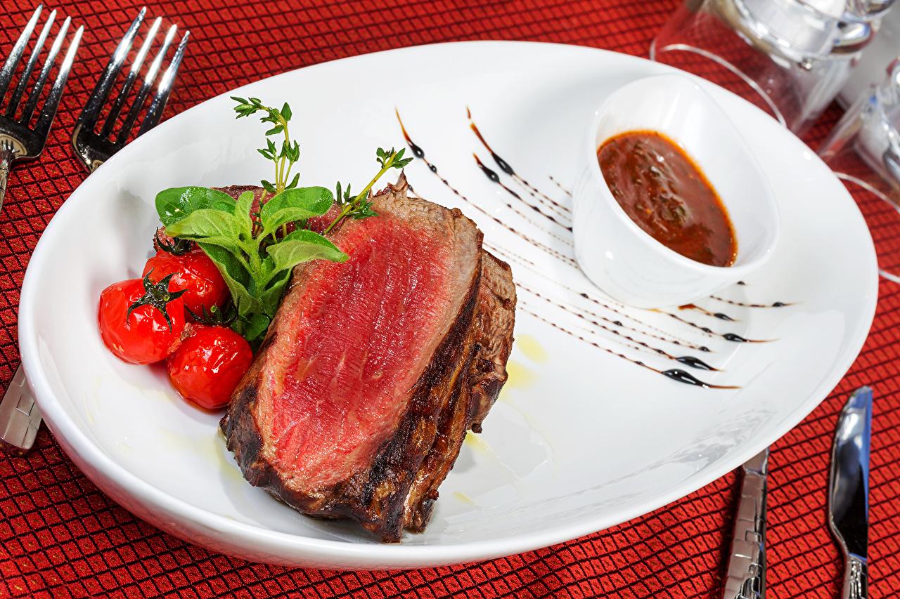 Фотография Помидоры кетчупа Пища тарелке Мясные продукты Томаты Кетчуп кетчупом Еда Тарелка Продукты питания
