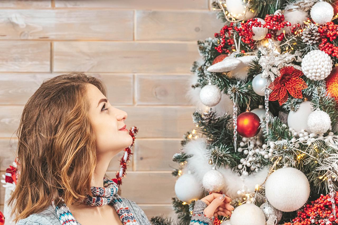 Картинки шатенки Рождество Елка Девушки Стена Шарики смотрят Шатенка Новый год девушка Новогодняя ёлка молодая женщина молодые женщины Шар стене стены стенка Взгляд смотрит
