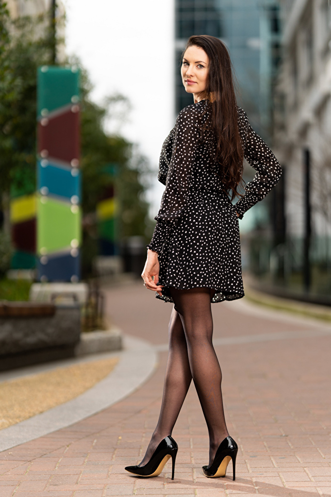 Картинки Natalia Larioshina боке Поза молодая женщина ног Платье  для мобильного телефона Размытый фон позирует девушка Девушки молодые женщины Ноги платья