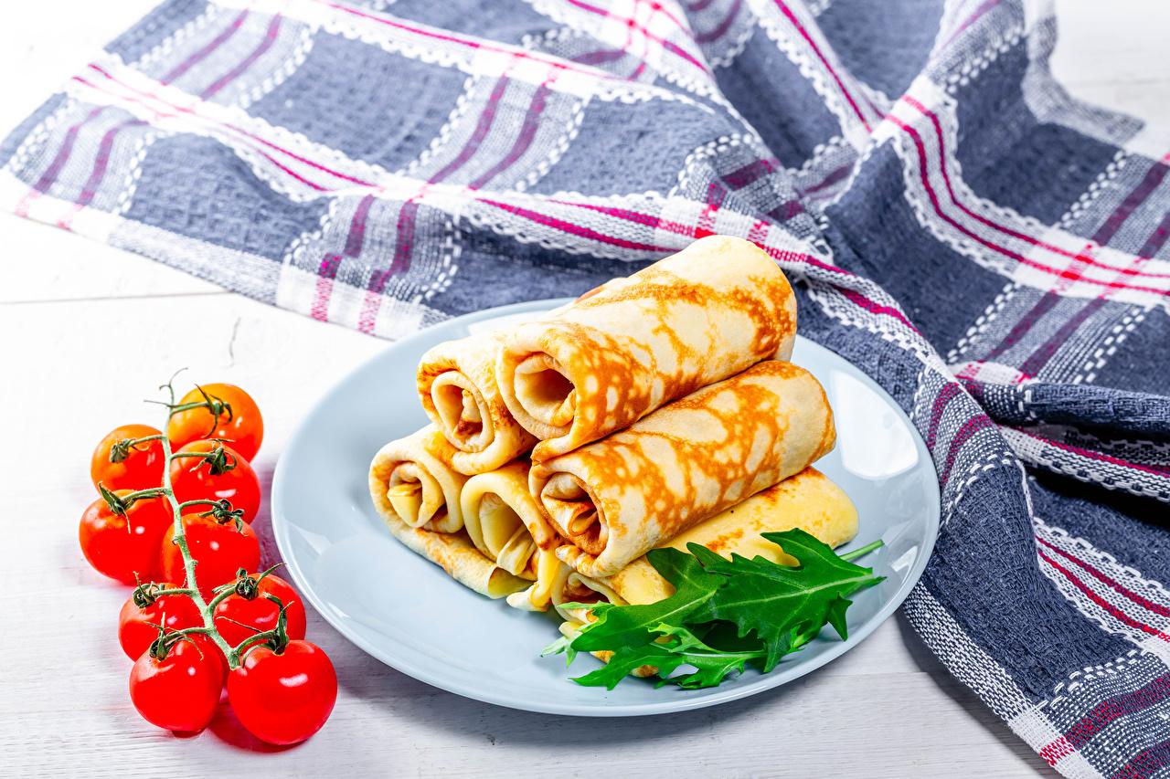 Фотографии Блины Помидоры Пища Тарелка Томаты Еда тарелке Продукты питания