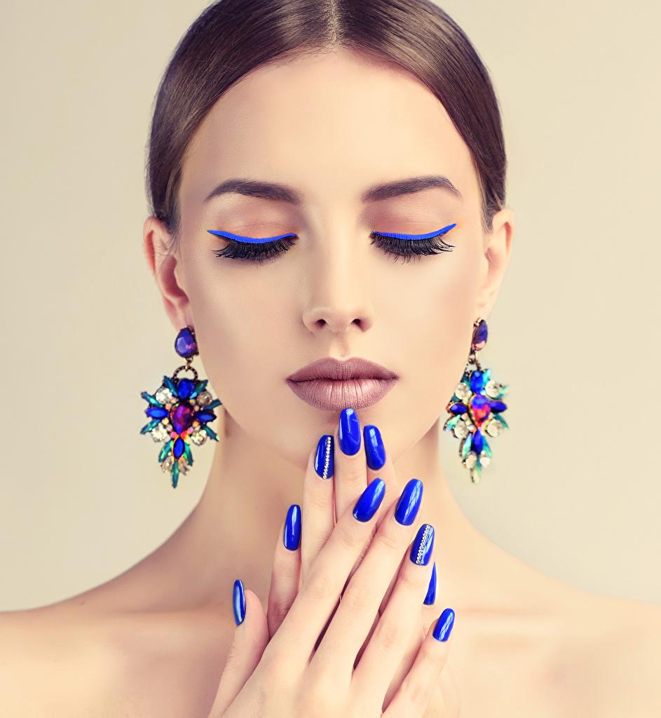 Обои Шатенка Маникюр Макияж Лицо Синий Девушки Серьги Пальцы Цветной фон мейкап