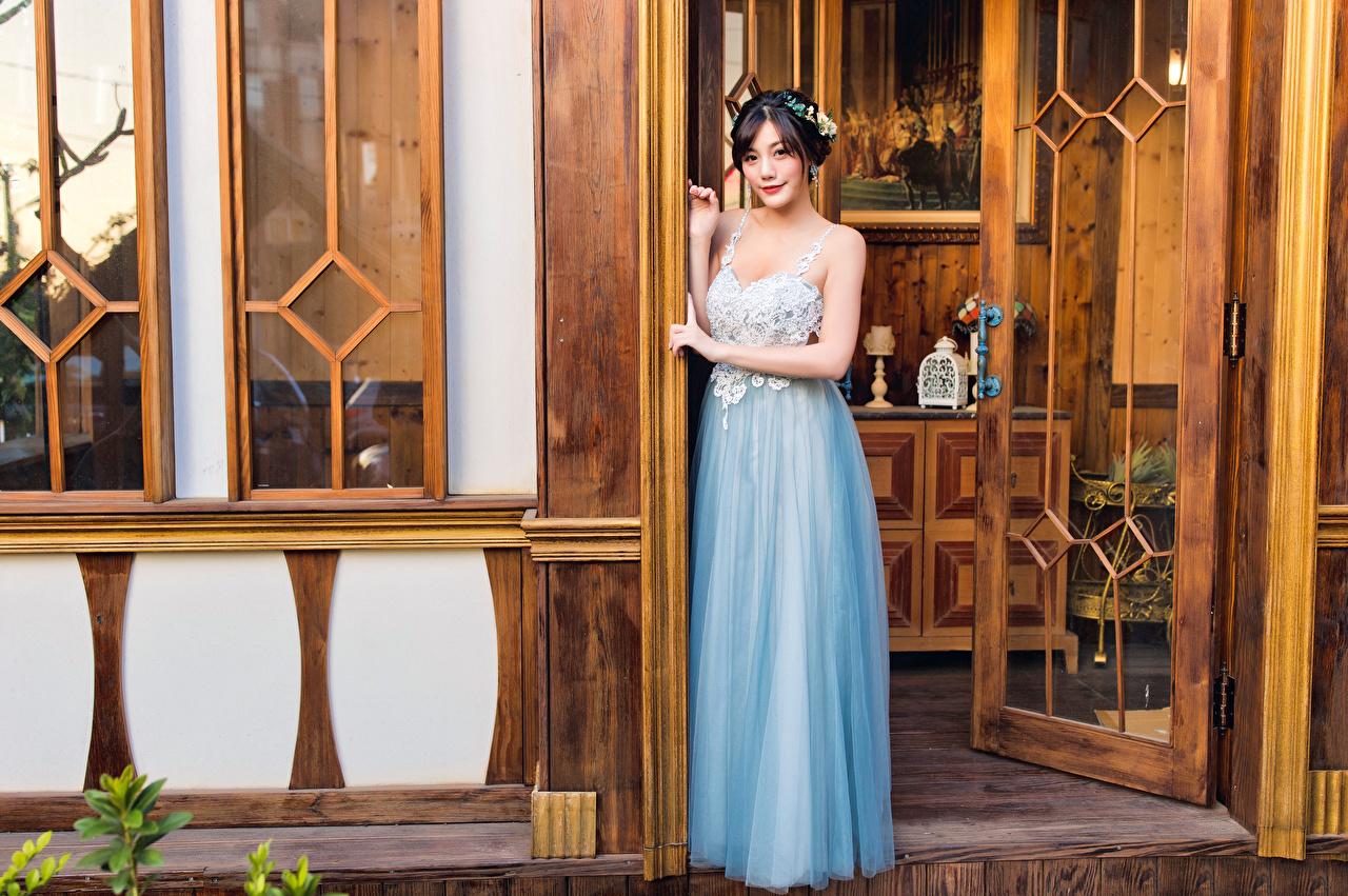 Фото позирует девушка азиатка Дверь смотрят платья Поза Девушки молодая женщина молодые женщины Азиаты азиатки двери Взгляд смотрит Платье