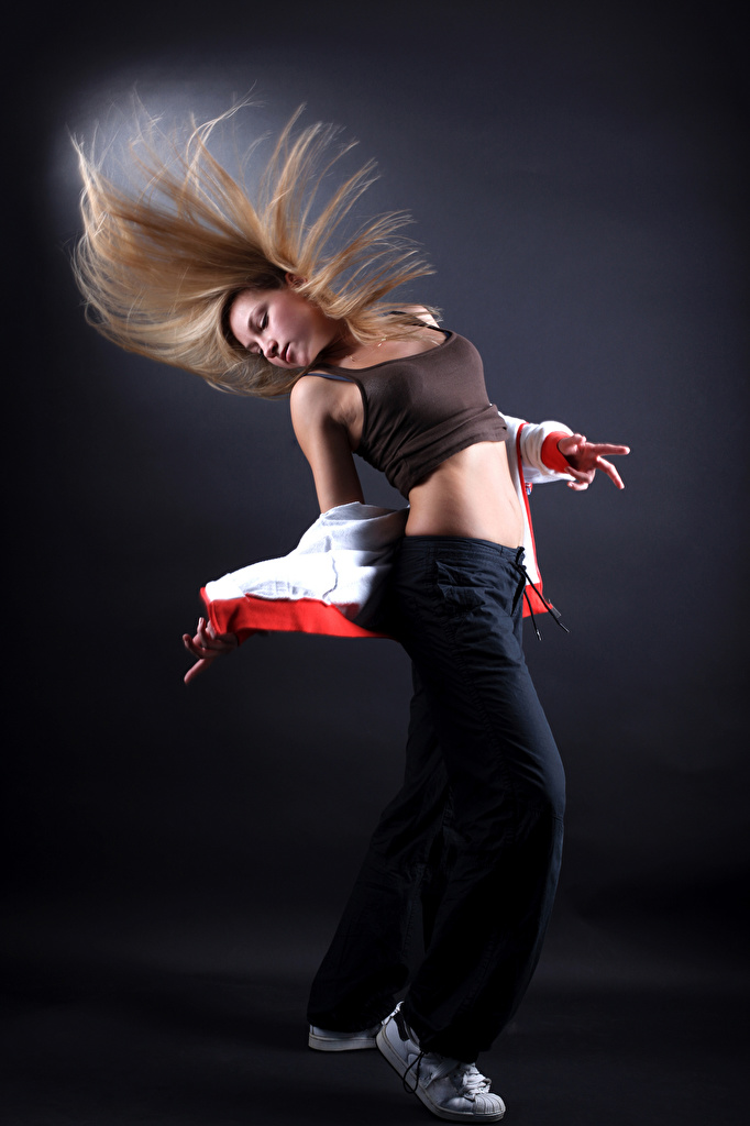 Картинки Блондинка танцует девушка  для мобильного телефона блондинок блондинки Танцы танцуют Девушки молодые женщины молодая женщина