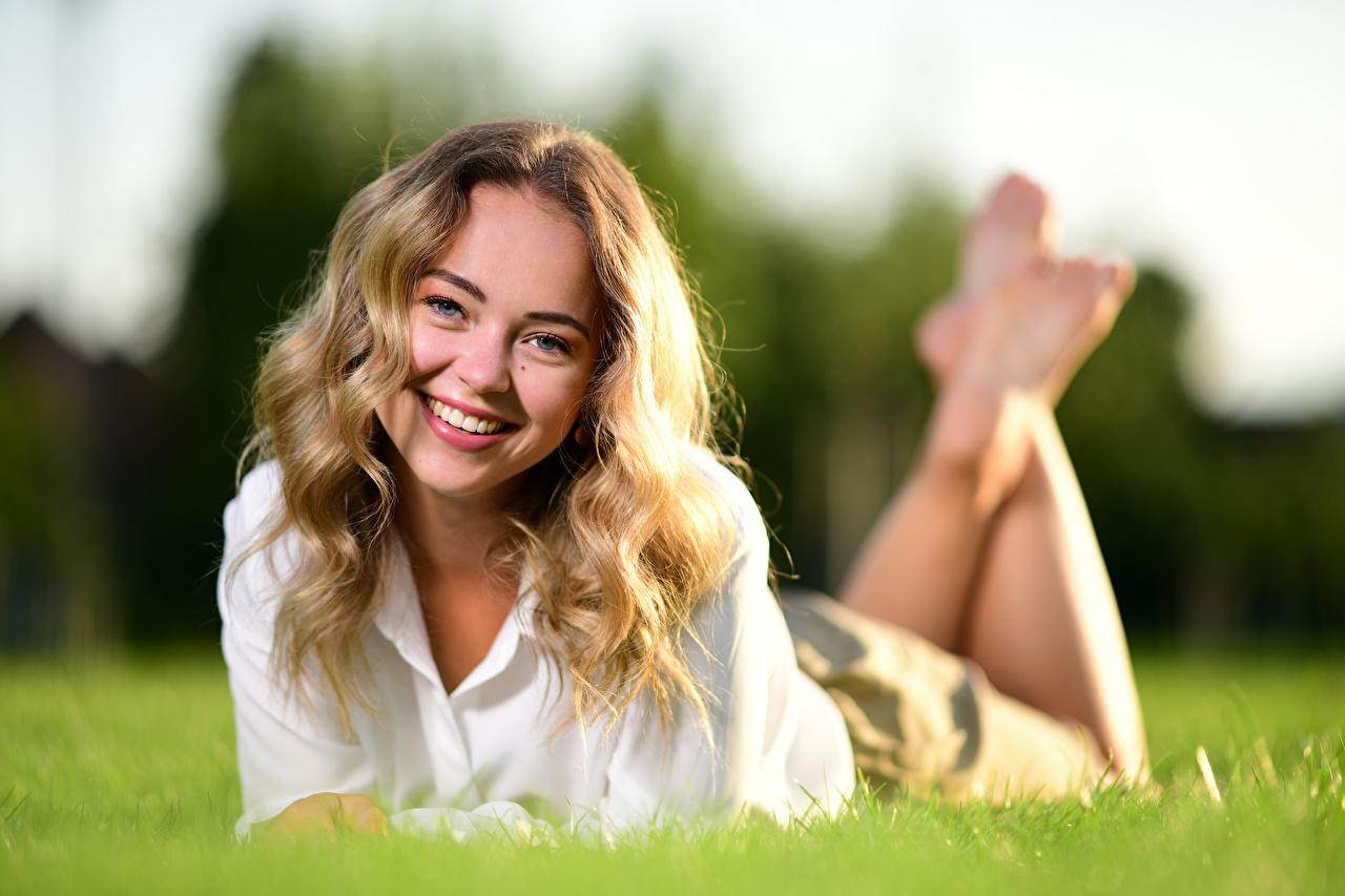 Фотографии блондинок улыбается лежа Размытый фон Волосы молодая женщина траве смотрит Блондинка блондинки Улыбка Лежит лежат лежачие боке волос Девушки девушка молодые женщины Трава Взгляд смотрят