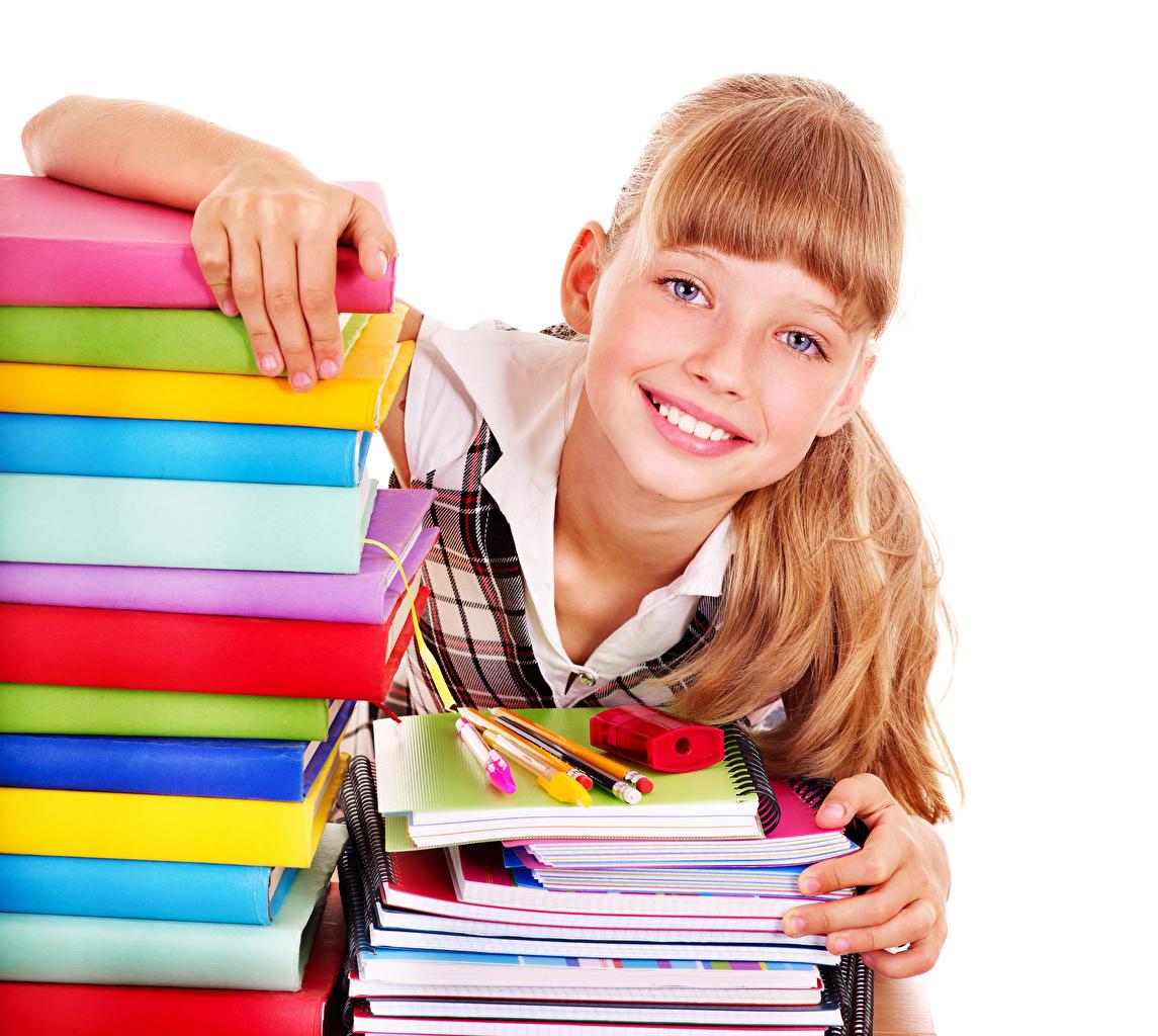 Картинки девочка улыбается Дети Тетрадь Книга Взгляд Белый фон Девочки Улыбка Ребёнок книги смотрят смотрит
