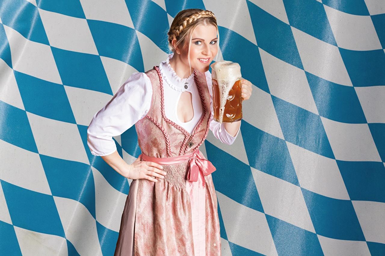 Фотографии Пиво молодая женщина рука Кружка смотрит Платье девушка Девушки молодые женщины Руки кружки кружке Взгляд смотрят платья