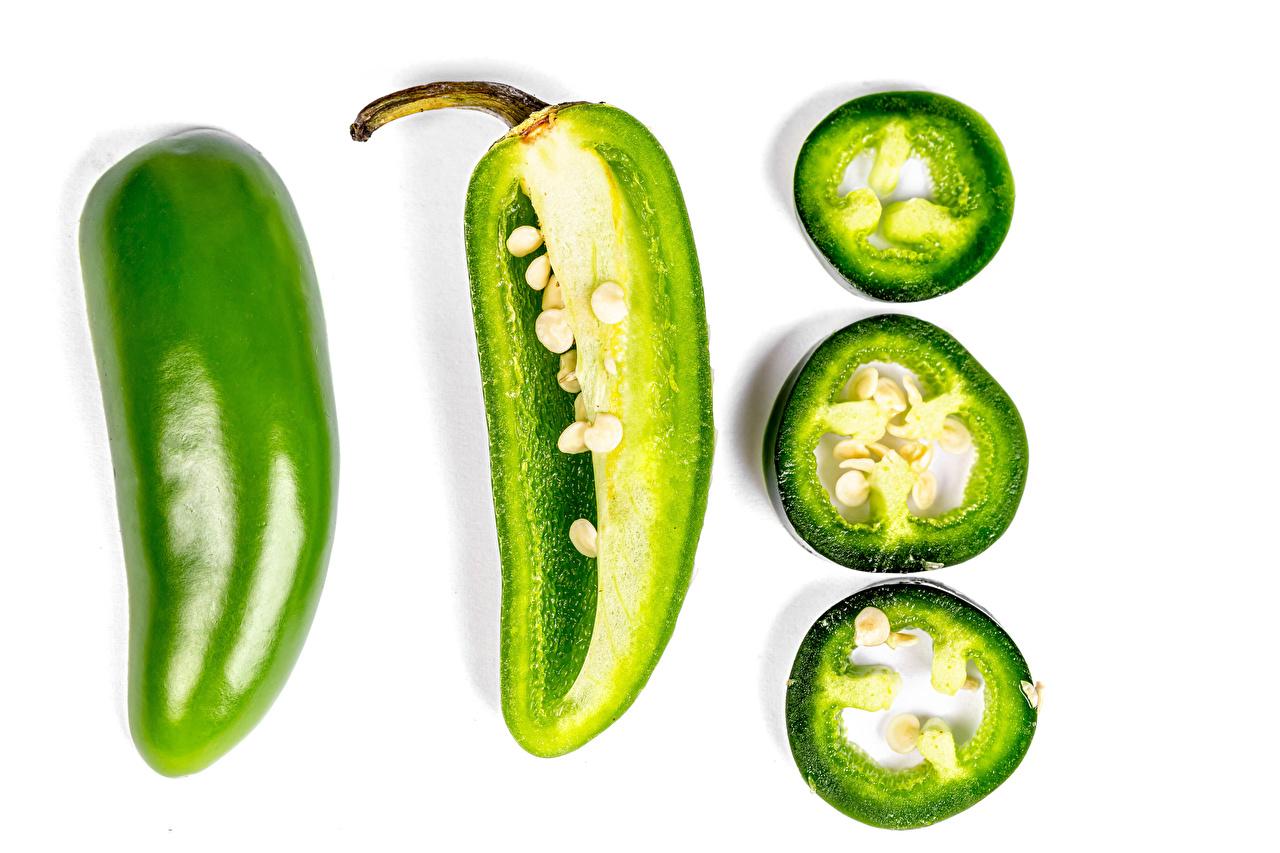 Фото зеленая Кусок Пища Перец Белый фон зеленых зеленые Зеленый часть кусочки кусочек Еда перец овощной Продукты питания белом фоне белым фоном