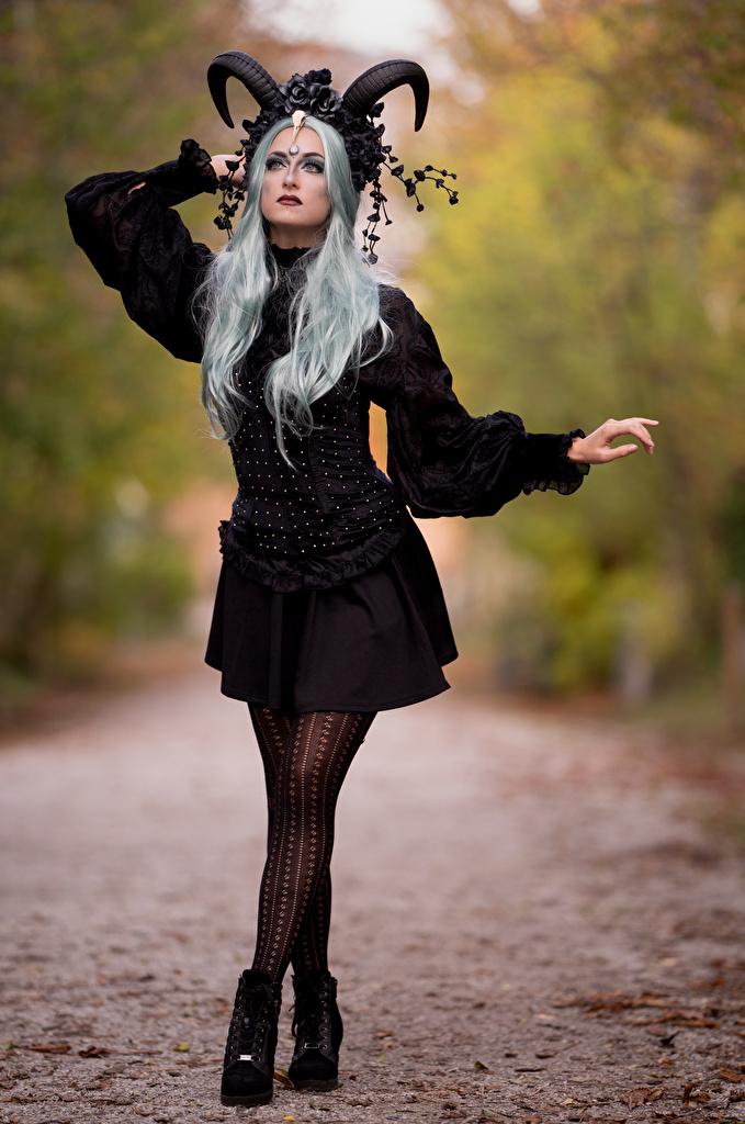 Картинка Демоны блондинки Косплей Рога Размытый фон Фэнтези молодые женщины платья  для мобильного телефона демон Блондинка блондинок с рогами боке девушка Девушки Фантастика молодая женщина Платье