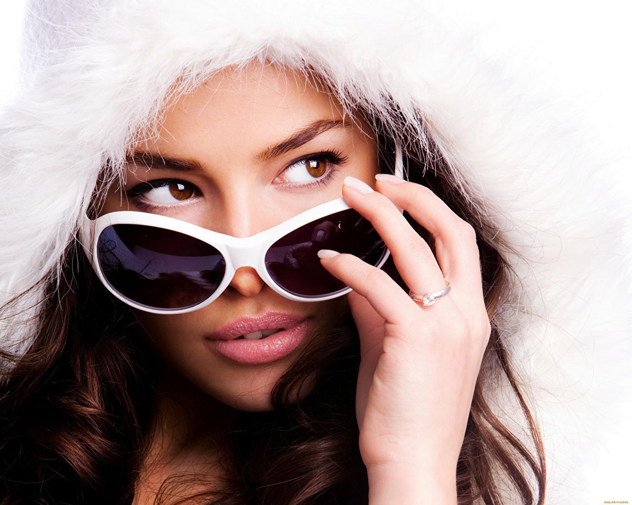 Фотография Красивые Девушки очках Пальцы смотрит капюшоне красивый красивая девушка молодые женщины молодая женщина Очки очков Взгляд Капюшон смотрят капюшоном