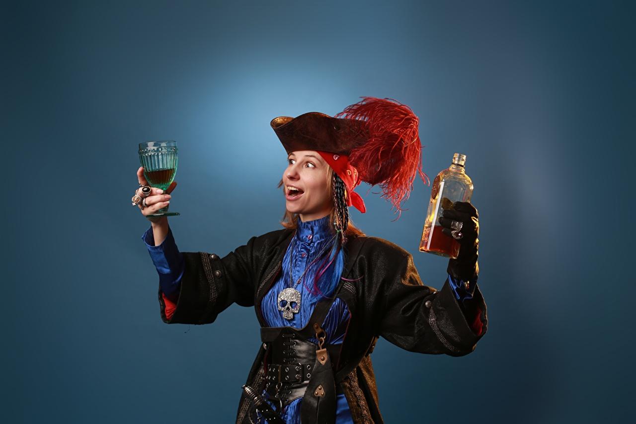 Фотографии Victoria Borodinova Пираты Косплей шляпе молодые женщины Перья рука Бокалы бутылки Цветной фон шляпы Шляпа девушка Девушки молодая женщина Руки бокал Бутылка