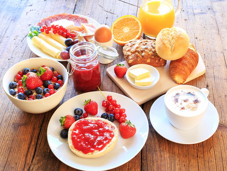 Обои для рабочего стола Сок Завтрак Булочки Черника Клубника Пища Ягоды тарелке Еда Тарелка Продукты питания
