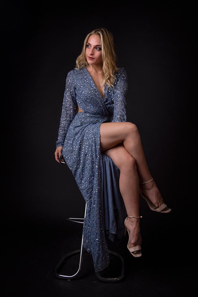 Фотографии Блондинка Geraldine Поза Девушки ног сидящие платья  для мобильного телефона блондинки блондинок позирует девушка молодая женщина молодые женщины Ноги сидя Сидит Платье