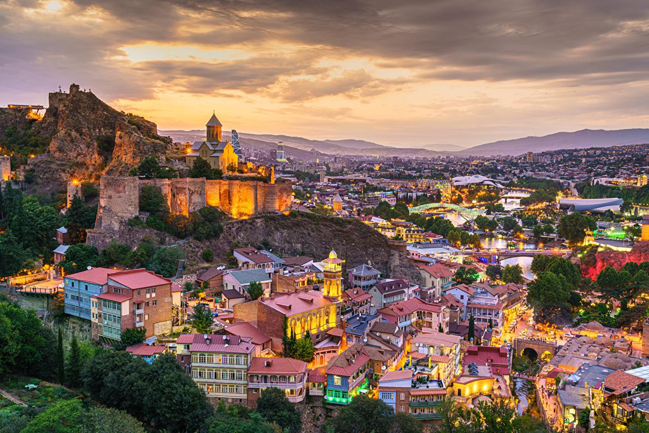 Фото Грузия Tbilisi гора Вечер Сверху город Здания Горы Дома Города