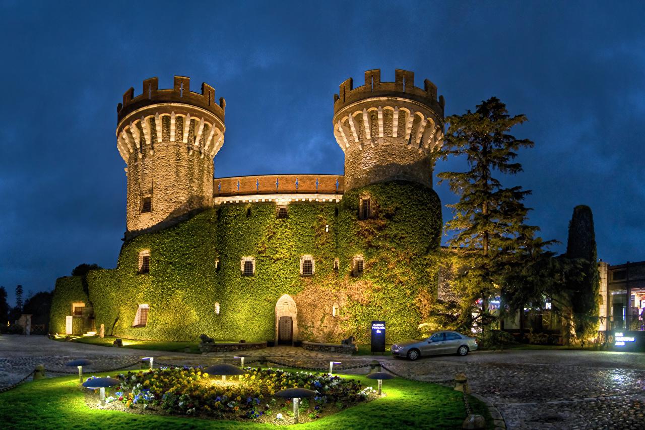 Фотография Испания Castell Peralada Замки Мох Вечер Уличные фонари Города замок мха мхом город