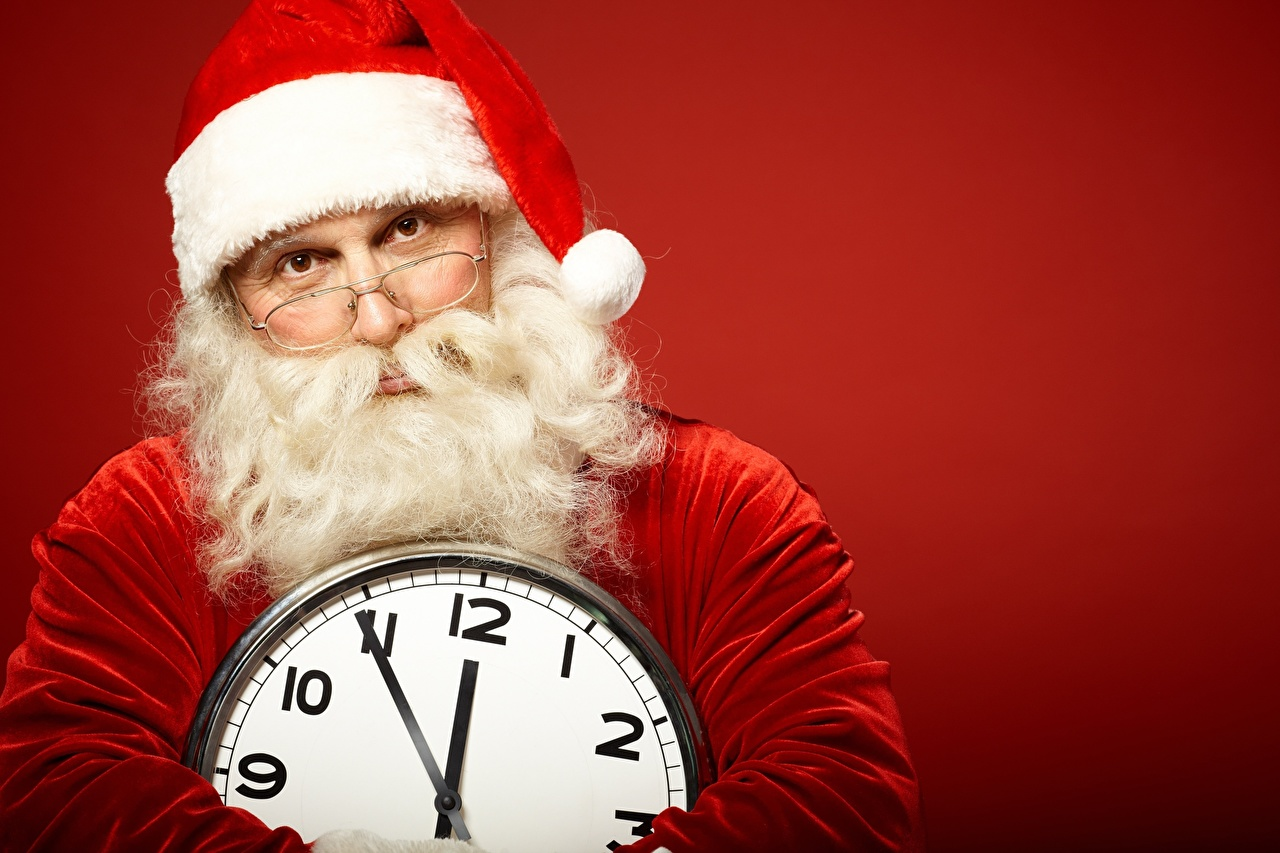 Картинки Рождество бородатые Часы Шапки очков Циферблат Взгляд красном фоне Новый год Борода бородой бородатый шапка в шапке Очки очках смотрят смотрит Красный фон