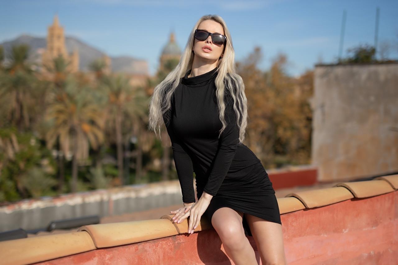 Картинки блондинок Модель Размытый фон молодая женщина Очки Руки платья блондинки Блондинка фотомодель боке девушка Девушки молодые женщины рука очков очках Платье