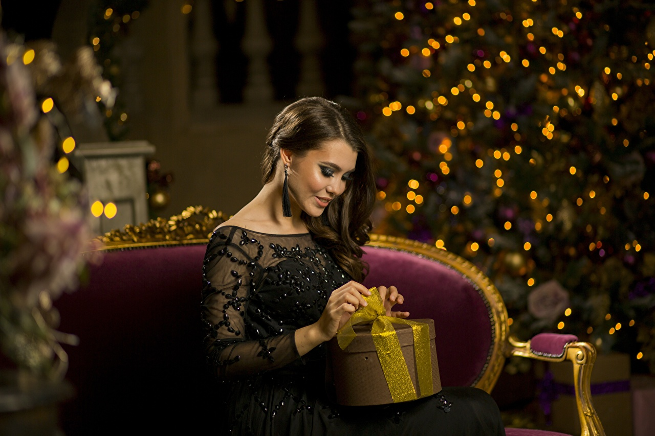 Фотография Шатенка Новый год Девушки Подарки Сидит Рождество сидящие