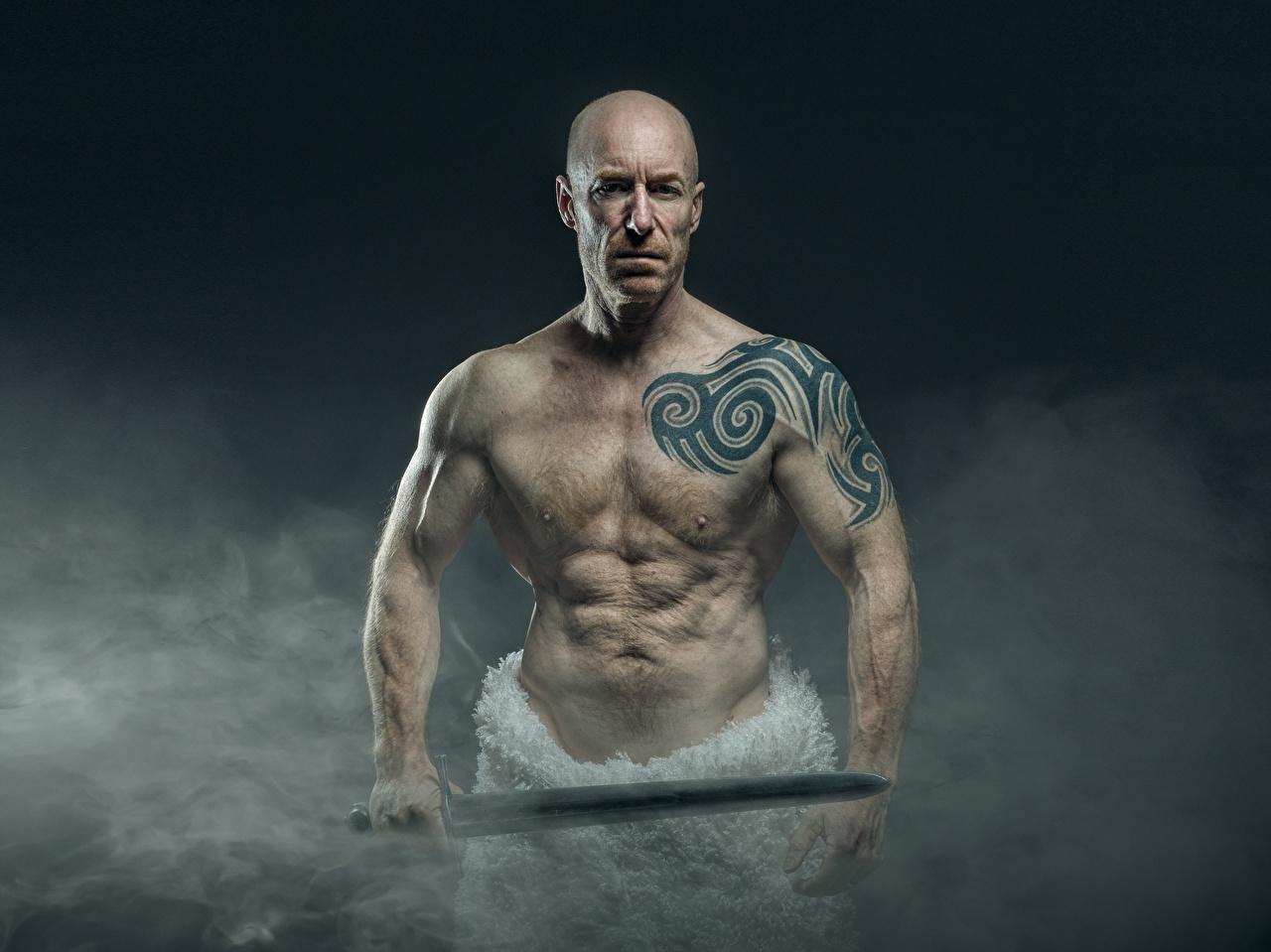 Фотография меч Татуировки Мужчины мускулы Лысый Дым рука старые тату Мечи меча с мечом татуировка Мышцы мужчина лысые без волос Руки дымит старая Старый