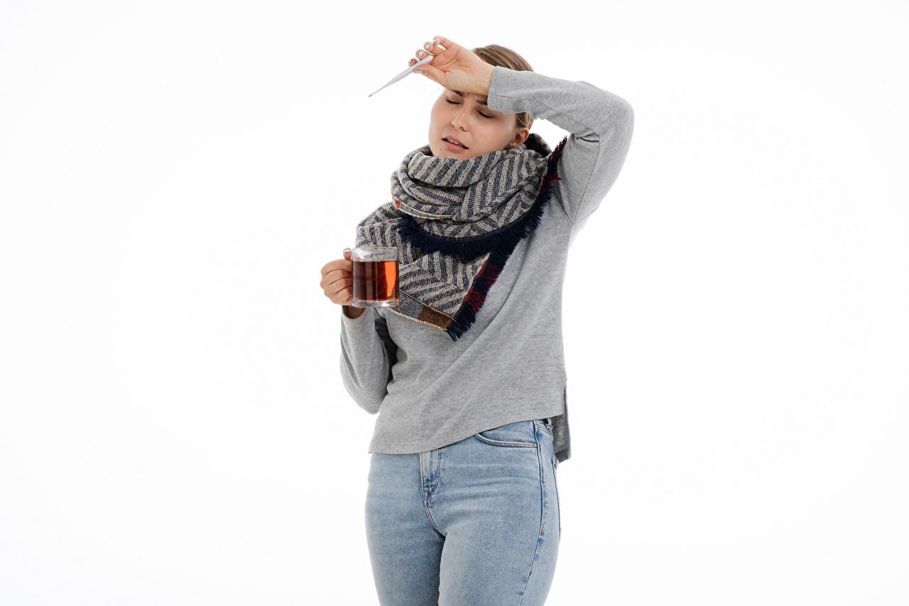 Картинки Градусник Простуда Чай молодые женщины Кружка Белый фон Термометр болеет девушка Девушки молодая женщина кружки кружке белом фоне белым фоном