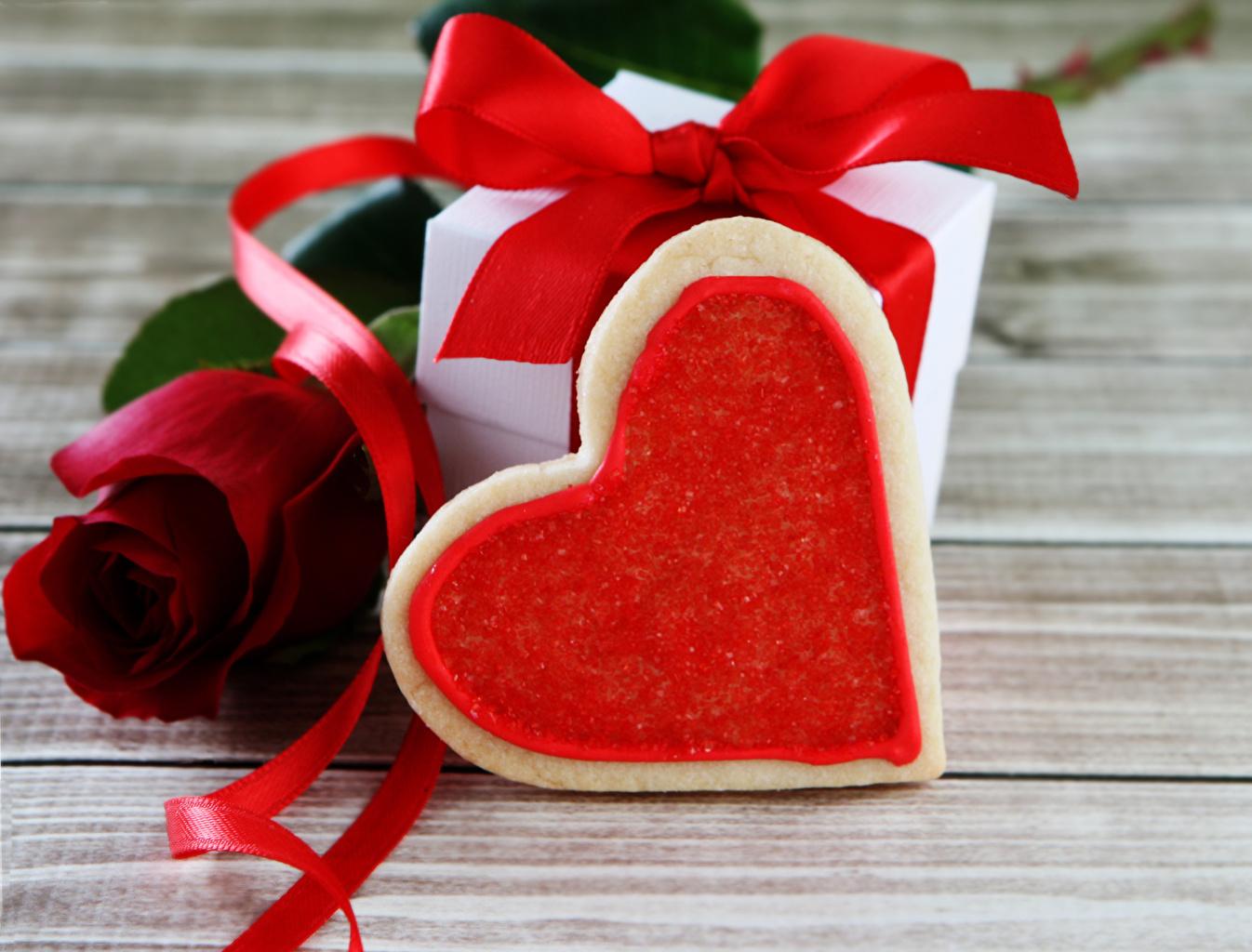 Фотографии День святого Валентина Сердце Розы Красный Цветы подарок Еда Лента Печенье Доски День всех влюблённых серце сердца сердечко роза красных красная красные цветок Подарки подарков Пища ленточка Продукты питания