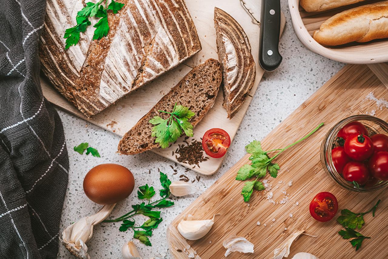 Картинки Яйца Помидоры Хлеб Чеснок нарезка Продукты питания Разделочная доска яиц яйцо яйцами Томаты Еда Пища разделочной доске Нарезанные продукты