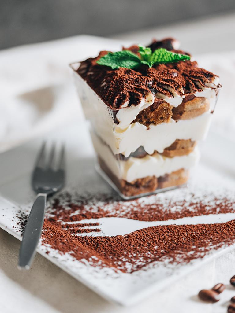Фотографии Tiramisu Какао порошок Десерт Еда вилки Пирожное  для мобильного телефона Пища Вилка столовая Продукты питания